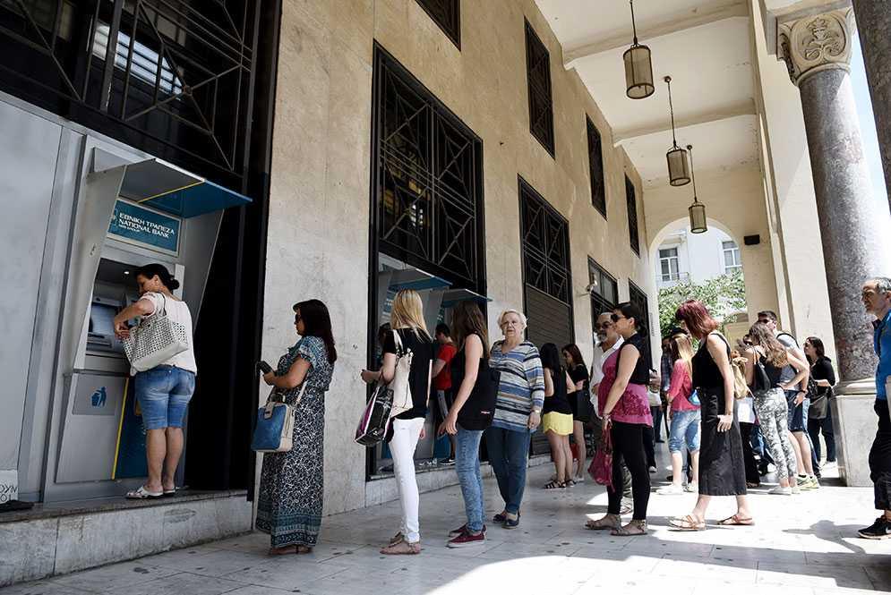 Enligt BBC ringlar köerna långa till bankomaterna runt om i landet.