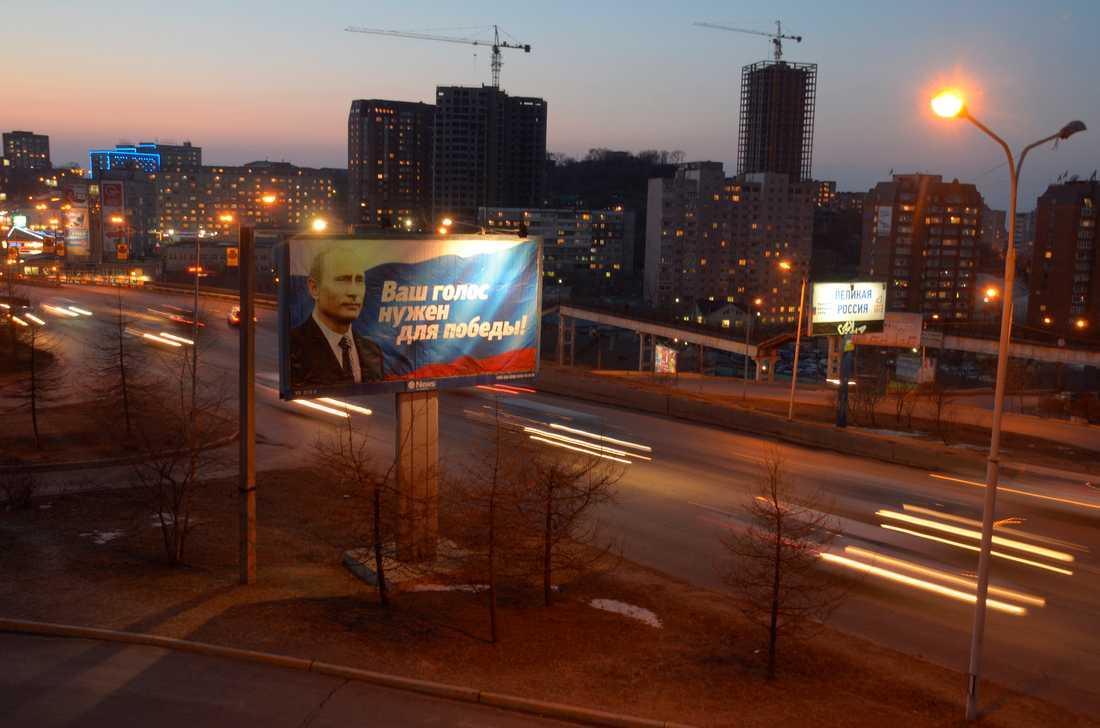 """Kampanj även i Sibirien Här ståtar en jättetavla i Vladivostok. """"Din röst behövs för seger."""""""