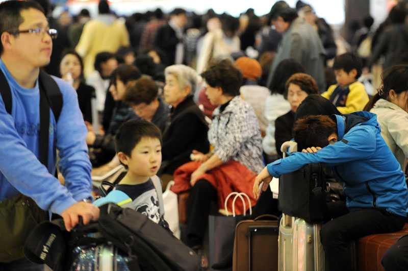 Passagerare pustar ut på Haneda-flygplatsen i Tokyo.