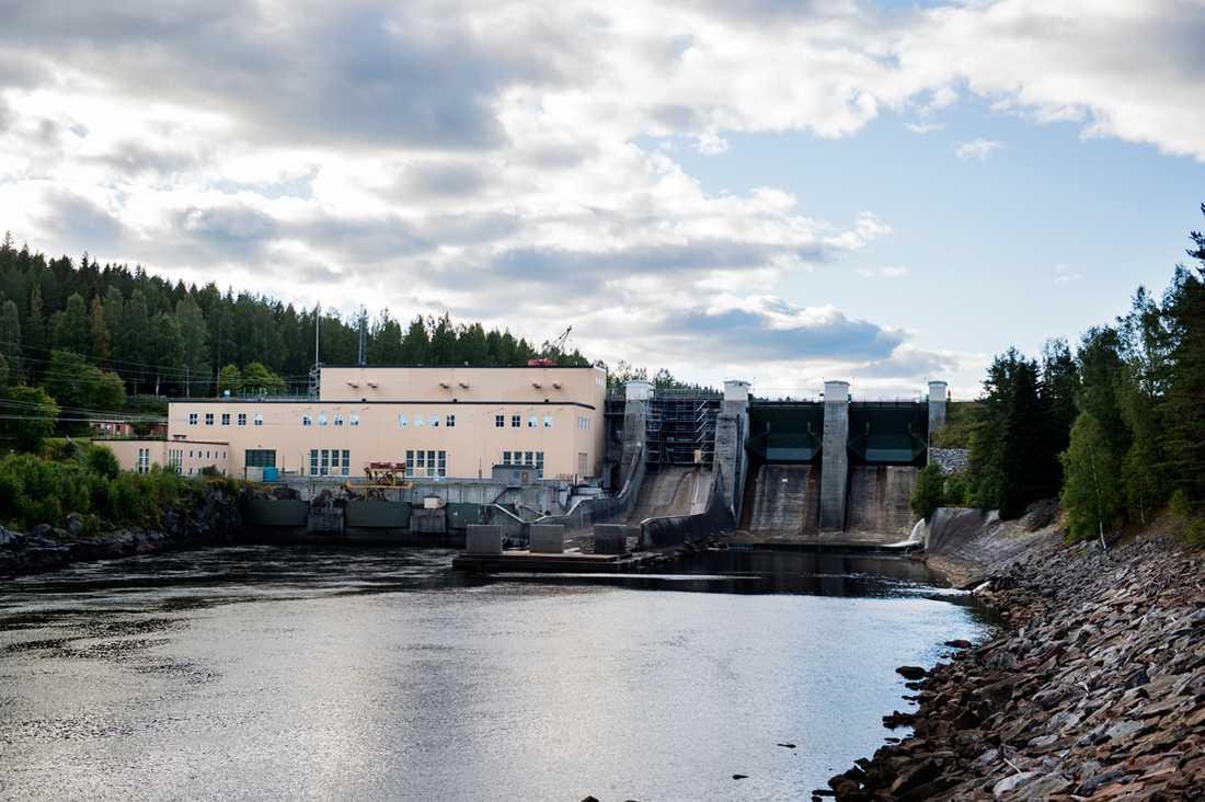 Här vid kraftverksdammen i Jämtlands län kastade pappan ner dottern. Hon föll handlöst närmare 20 meter ner i betongen