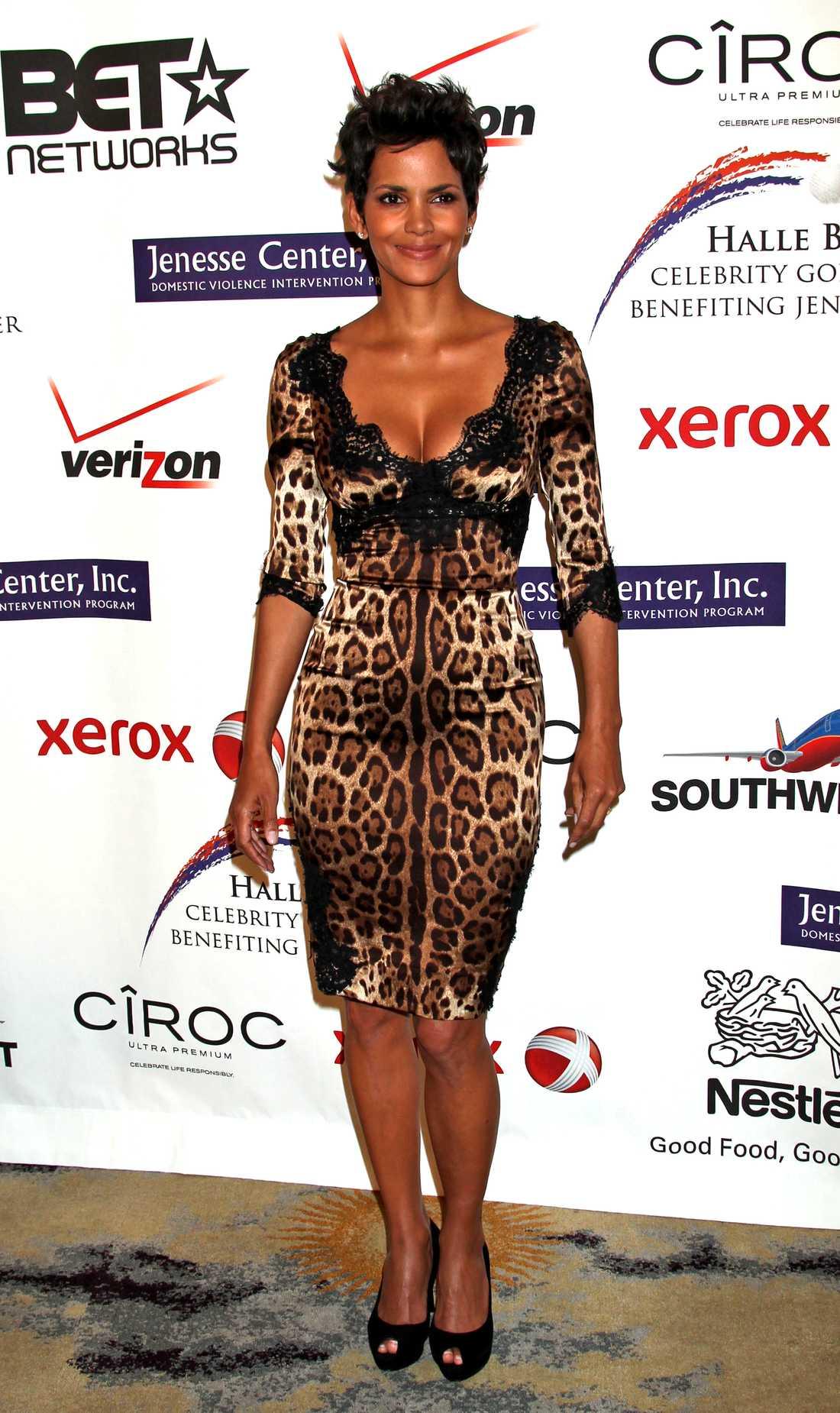 Hale Berry visar formerna i en sexig leopardklänning på en välgörenhetsgala i Beverly Hills.