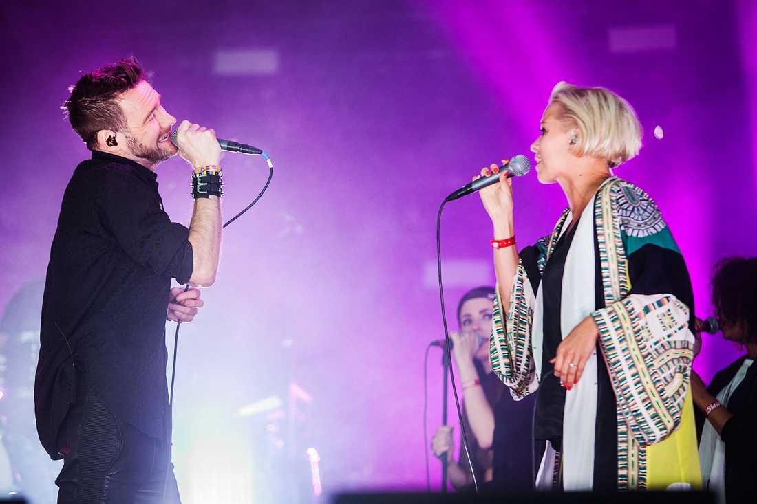"""Lööf gillar Petra Marklund-låten """"Händerna mot himlen"""". Här Jocke Berg, som skrivit låten, och Petra Marklund."""