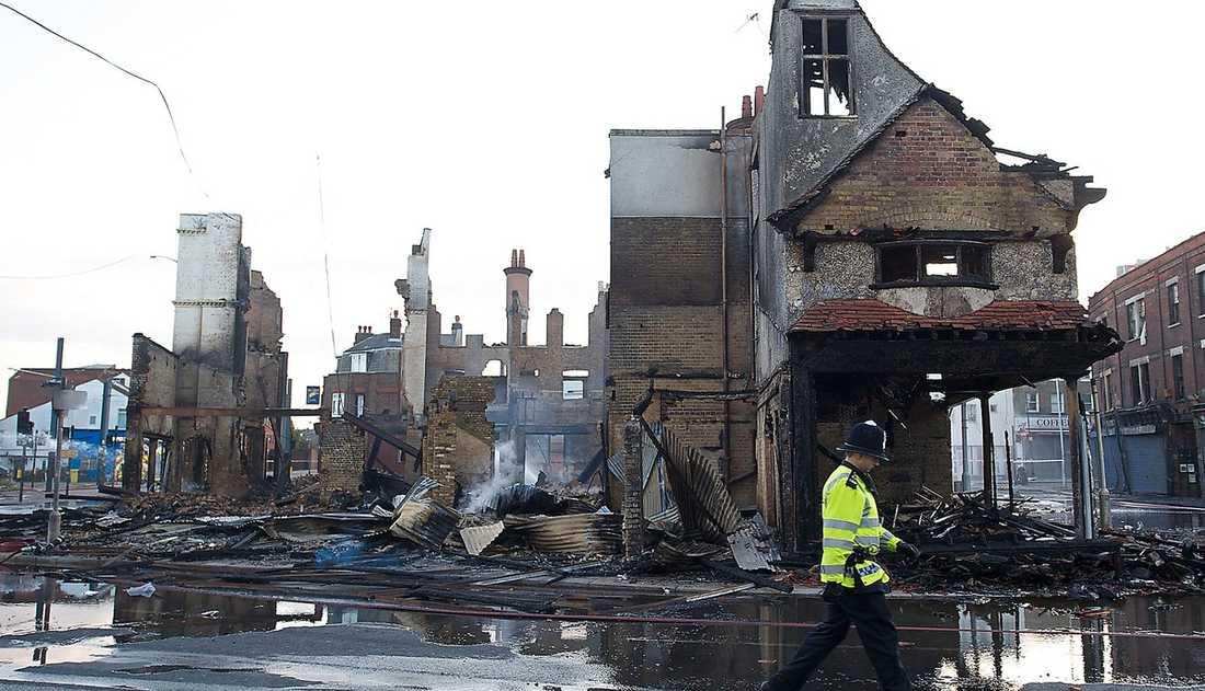 """LONDON RESER SIG Spåren efter upploppen syns – överallt. """"Kravallerna beror enbart på ungdomarnas brist på respekt"""", säger 24-årige Shaun Bramle."""