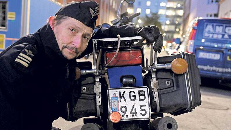 kul för kollegorna Peter Neppelberg är stridsledningsofficer i flygvapnet. På hans motorcykel står det KGB. Kul för de militära kollegorna, men inte okej enligt Transportstyrelsen. Foto: PER-OLOF SÄNNÅS