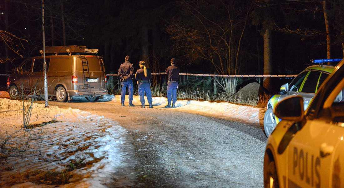 Polisens avspärrningar i närheten av platsen där den mördade 15-åringen hittades.