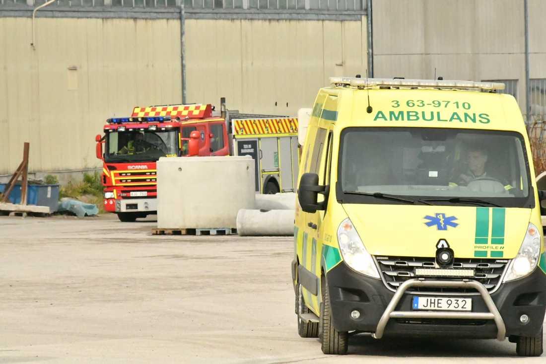 Räddningstjänst på plats vid olycksplatsen tidigare ikväll.