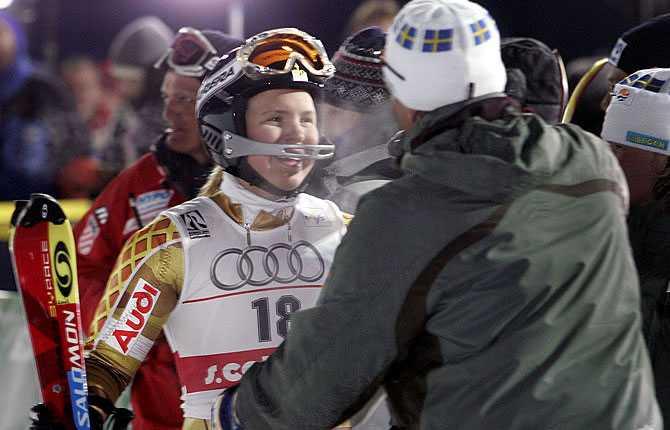 Med pappa Anders Pärson möter upp med en kram efter VM-silvret i kombination 2005.