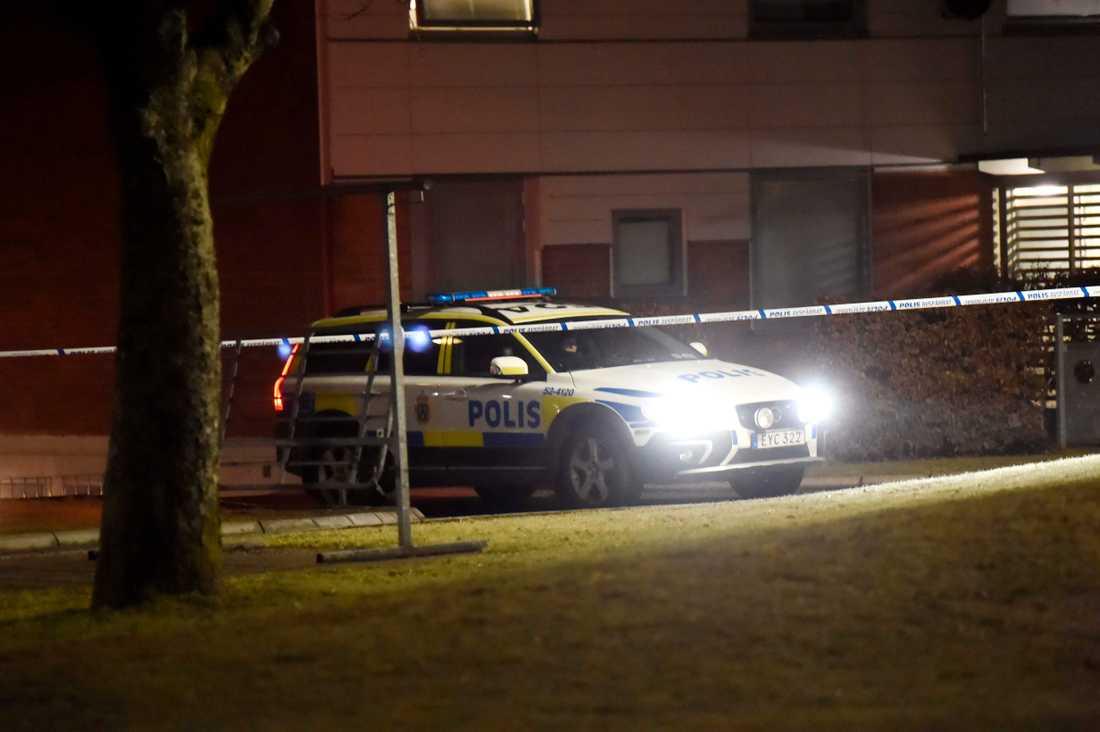 Polis på plats när mordet inträffade.