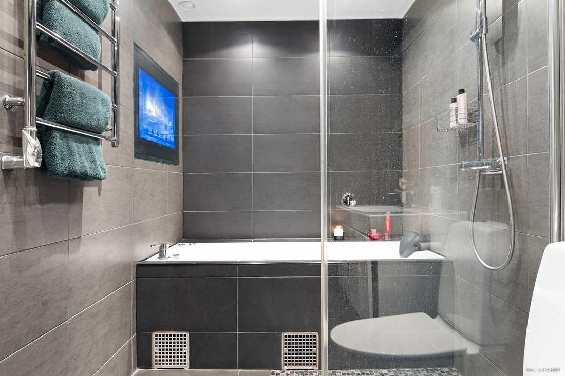 Badrummet är utrustat med ett bubbelbadkar.
