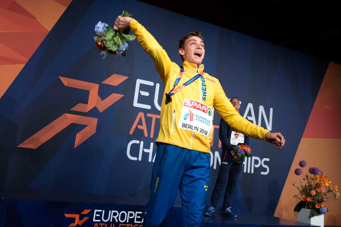 Armand Duplantis firar sin guldmedalj i EM i Berlin.