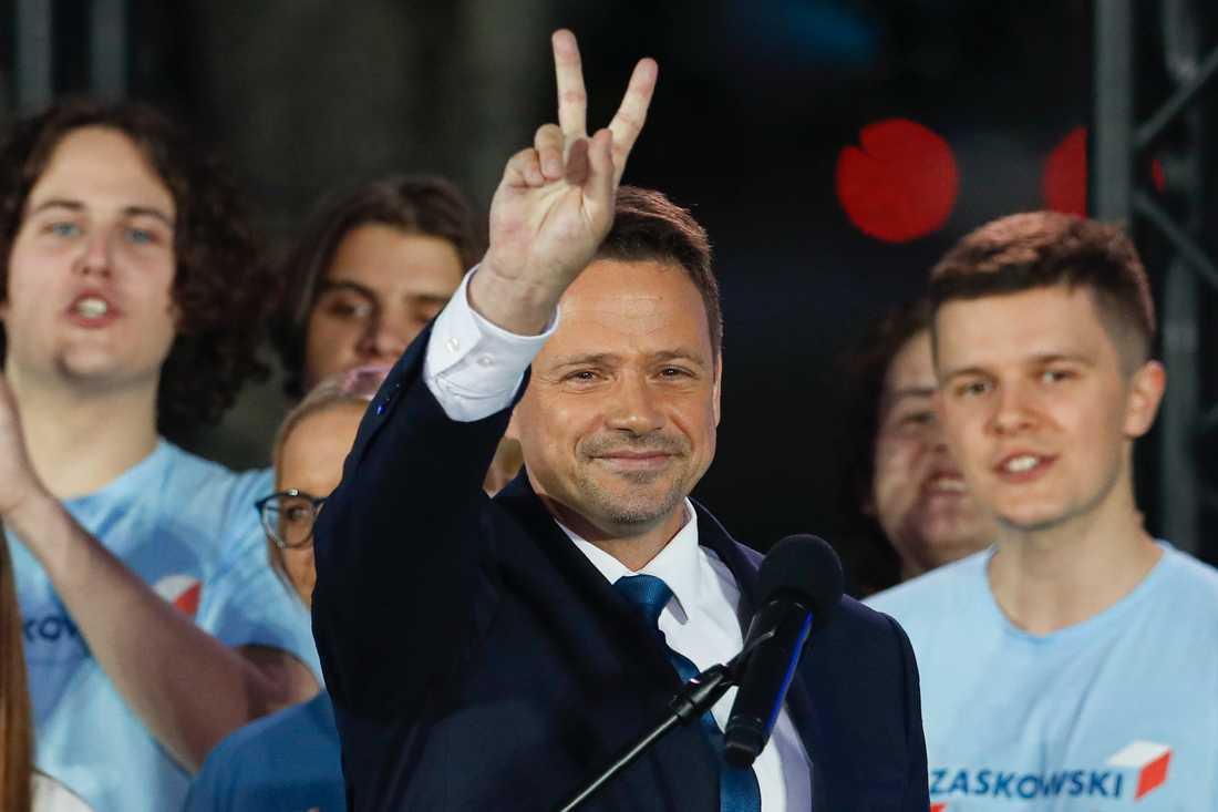Rafal Trzaskowski gör segertecknet på sin valvaka. Han förlorade valet, men beskrivs ändå som en slags segrare.