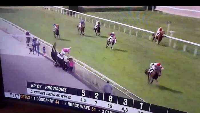Här flyger hästen och jockeyn över åskådarfamiljen