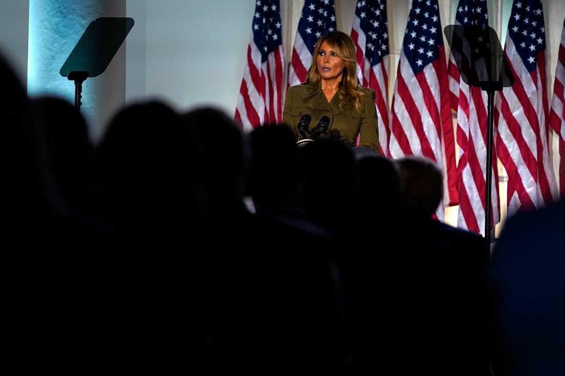 Melania Trump vände sig till coronaoffren i sitt tal och tog också upp rasmotsättningarna och -upploppen som eskalerat efter George Floyds död.