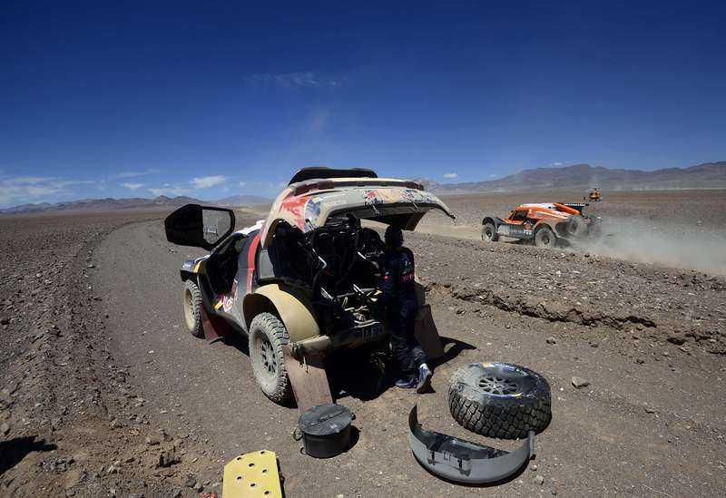 Carlos Sainz tvingades plocka isär halva sin bil efter tekniska bekymmer.
