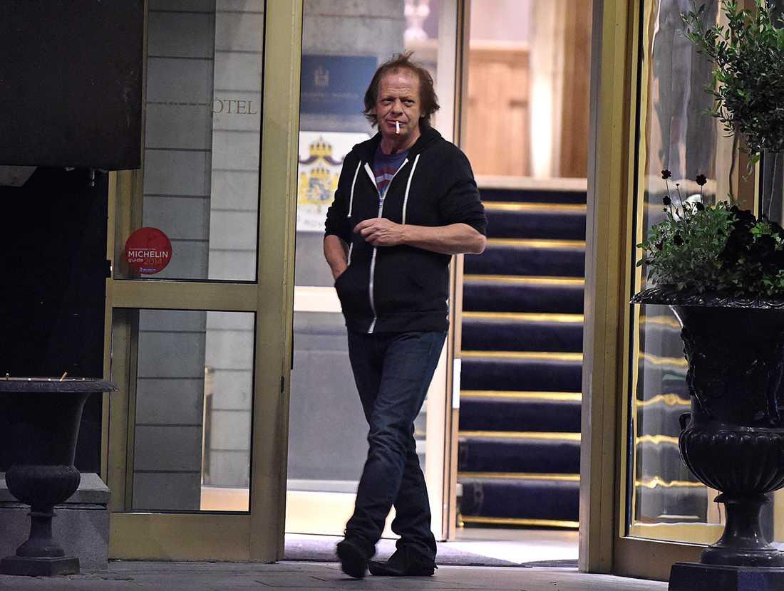 Tidigare under kvällen sågs Stevie Young med en uppfriskande cigarett i munnen.