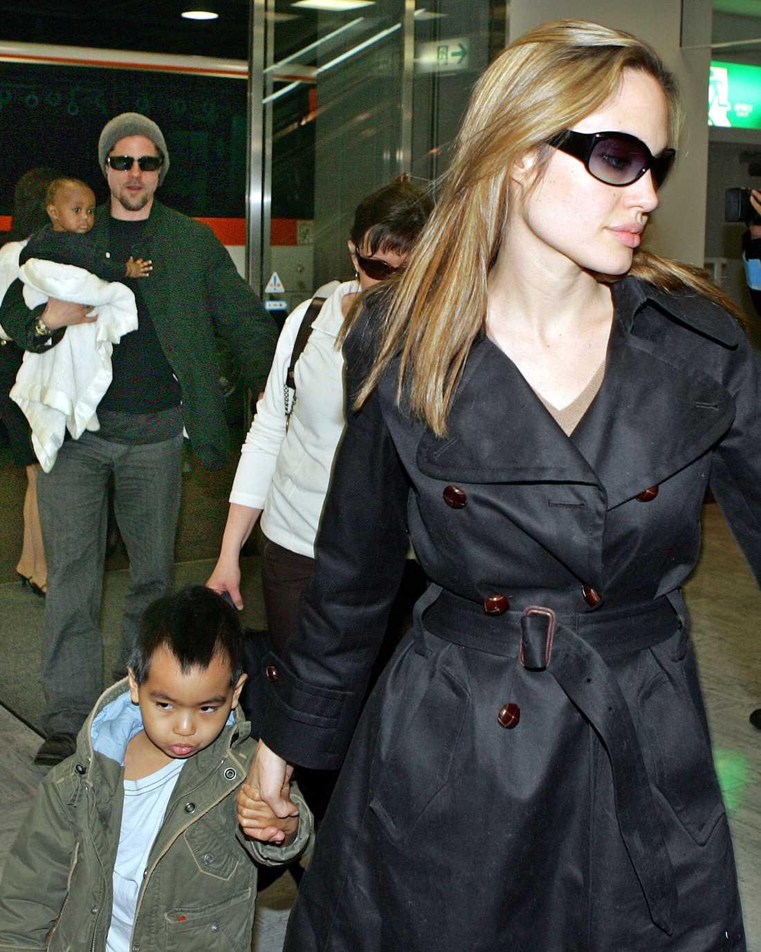 Första bilderna av Angelina Jolies och Brad Pitts tvillingar som föddes 2008 köptes för omkring 93 miljoner kronor av People magazine. Pengarna donerade åparet till välgörenhet. Här är de med några av sina andra barn.