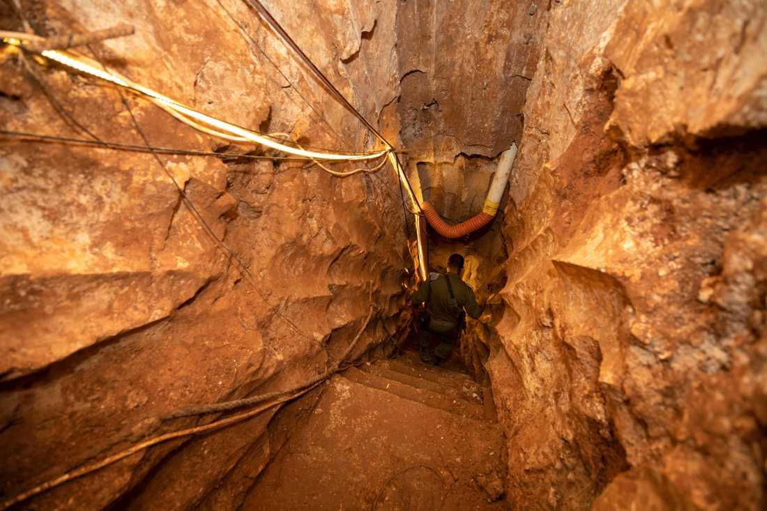 På bilden syns en israelisk soldat inuti tunneln som visades upp.