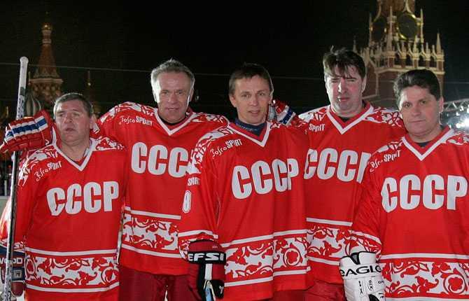 I slutet av 2006 återförenades superfemman i samband med en välgörenhetsmatch på Röda torget i Moskva. Från vänster Valdimir Krutov, Vjatjeslav Fetisov, Igor Larionov, Alexej Kasatonov och Sergej Makarov.