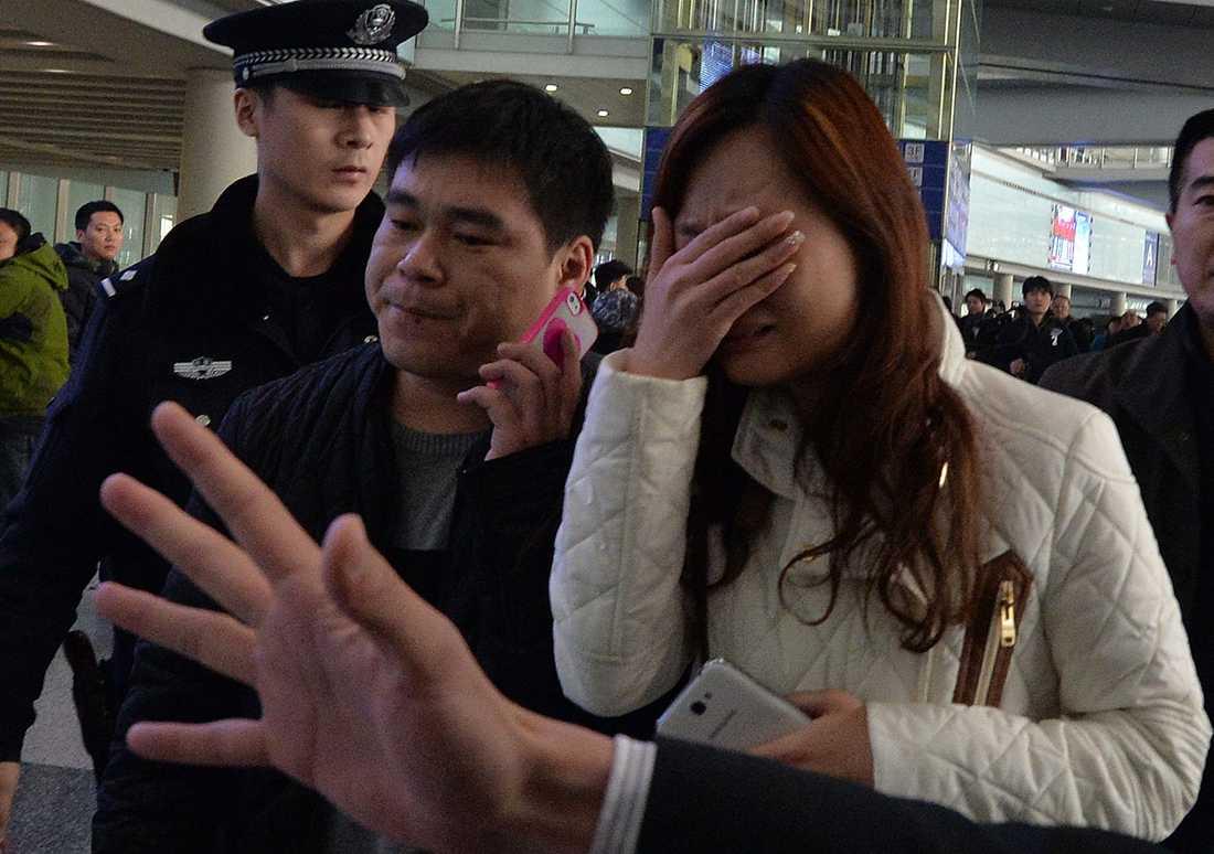 BRYTER IHOP Förtvivlade anhöriga bröt ihop på flygplatsen efter beskedet att Malaysian airlines Boeing 777-200 med flightnummer MH370 hade försvunnit över Sydkinesiska sjön. Planet var på väg från Kuala Lumpur till Beijing.