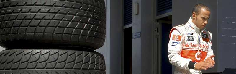 Lewis Hamilton under tester i Jerez, Spanien. Britten får finna sig i att vara den jagade i år, i egenskap av regerande världsmästare.