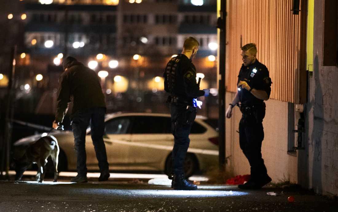 En man har skjutits i Jordbro söder om Stockholm, enligt uppgifter till Aftonbladet.