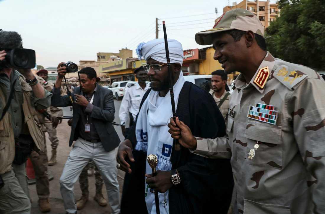 Det styrande militärrådets biträdande chef Mohamed Hamdan Dagalo, till höger, tidigare i maj.