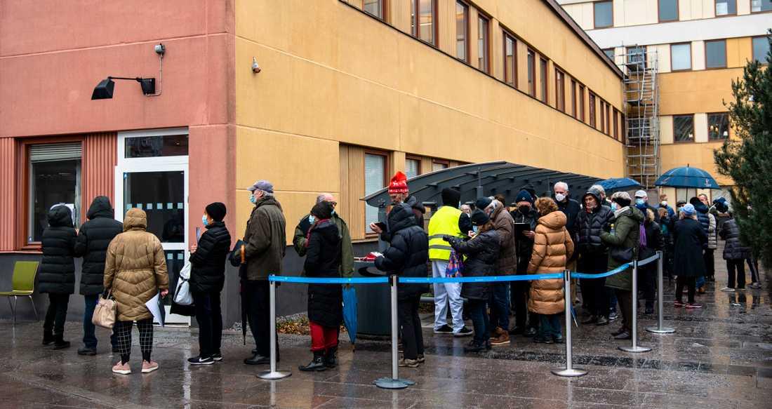 Möjlighet till drop-in vaccination för coronavaccin skapade långa köer till Sabbatsbergs sjukhus i centrala Stockholm.