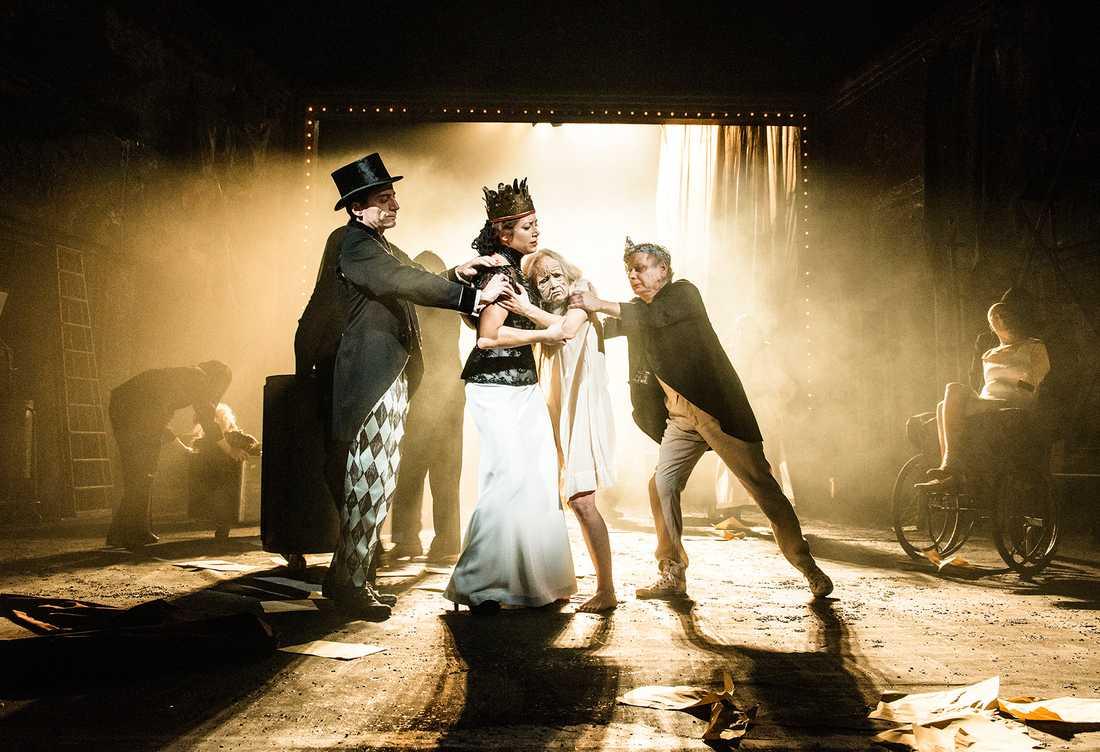 En av skådespelarna i Dramatens uppsättning av Michail Bulgakov Mästaren och Margaritadrabbades av magsjuka.