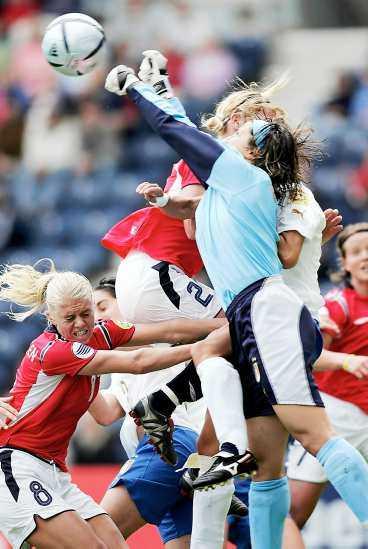 """TUFF LOTTNING Solveig Gulbrandsen i tuff närkamp med Italiens målvakt. På torsdag ska hon ställas mot Sverige - ett lag som hon drömt om att möta, men samtidigt dömer ut. """"De har, i motsats till oss, haft tur som har undgått lag som Tyskland och USA i slutspelen."""