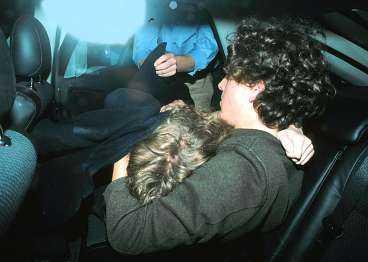 på väg hem Vid tretiden på morgonen slutar Chelsea Clintons vilda natt i London. Efter intensivt festande med amerikanska vänner får hon hjälpas ut till bilen där hon sjunker ihop i pojkvännens famn.