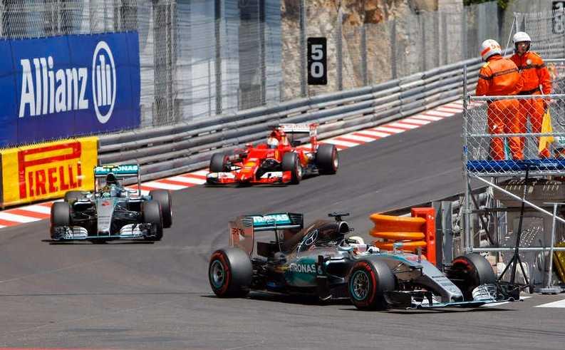Hamilton såg ut att gå mot 37:e segern men då kraschade Verstappen.