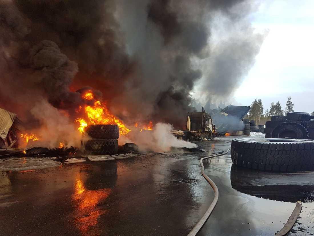 Under tidig torsdagsmorgon brann det kraftigt i en gummiverkstad i Malå.