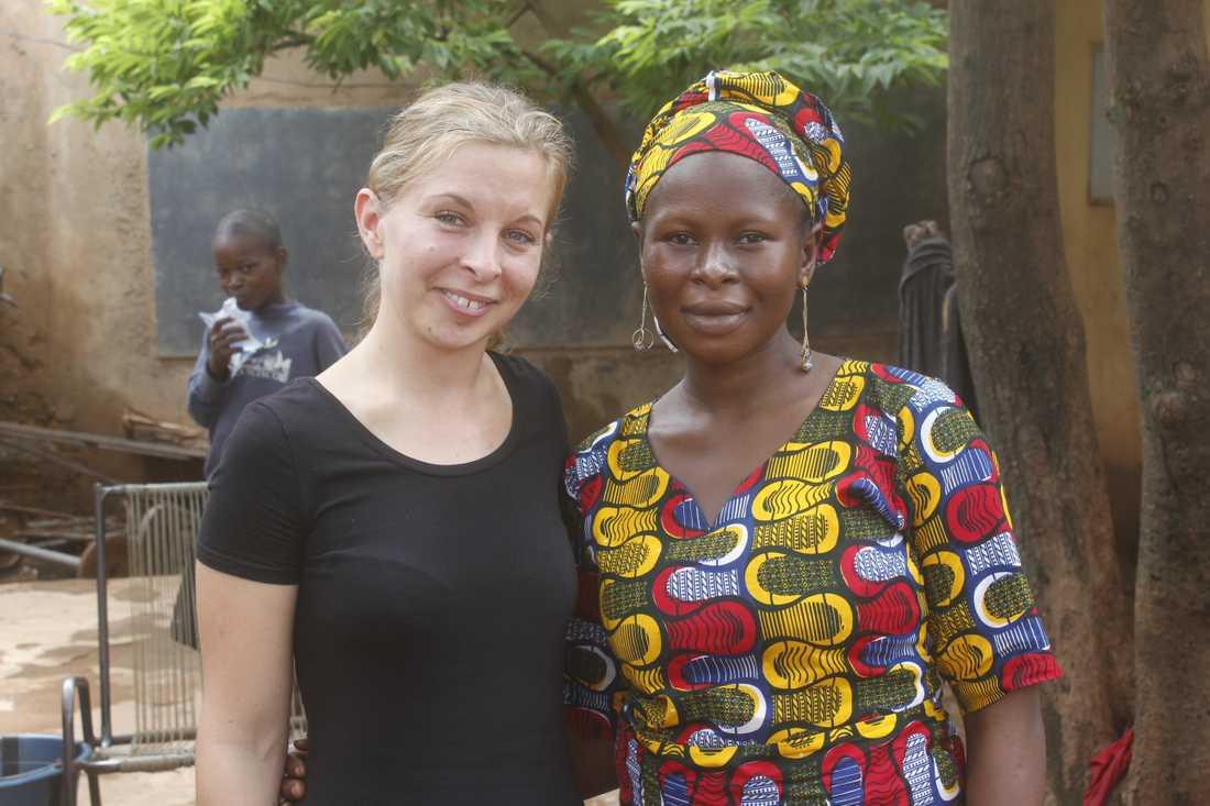 Linnea Bergman får energi av att besöka människorna som använder solenergisystemet. Här är hon tillsammans med Issata Keitha i Mali.