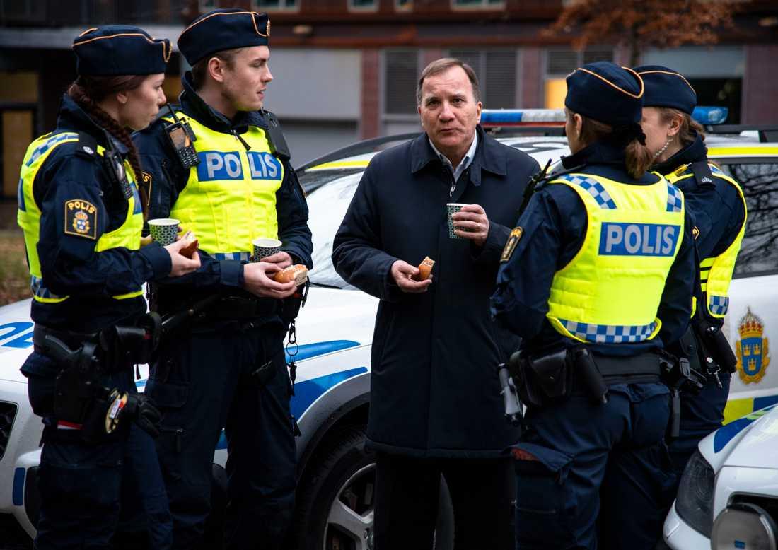 Löfven besöker poliser i Göteborg.