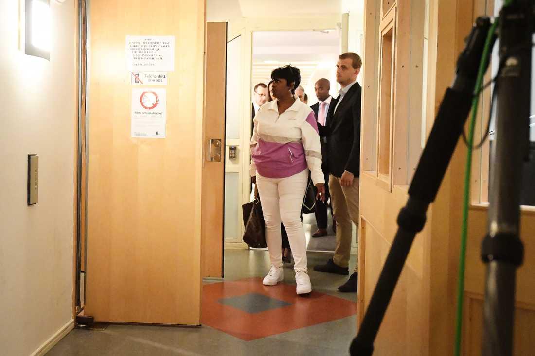 ASAP Rockys mamma Renee Black går in i Tingsrättssalen för att stödja sin son.