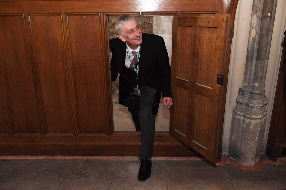 Talmannen Lindsay Hoyle besöker den gömda kammaren som dolde en 360 år gammal passage, som återupptäcktes i samband med renoveringen av Westminsterpalatset.