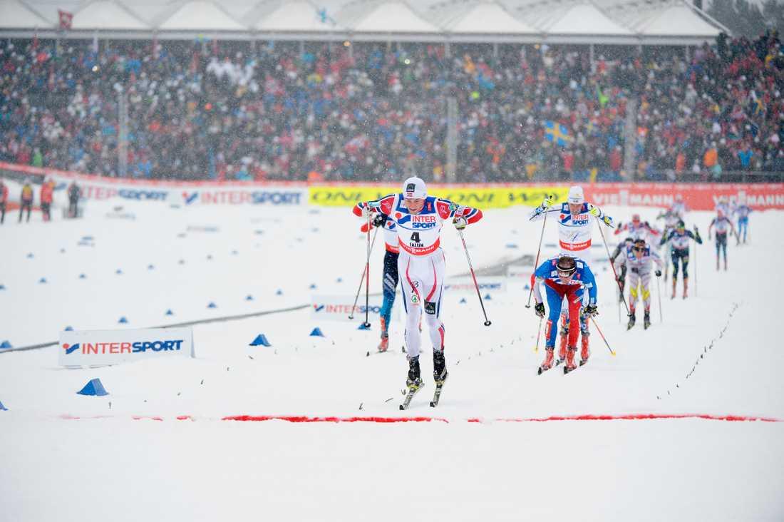 Petter Norhug tar de sista stavtagen före mållinjen (vilken han var först att passera) under 50 km-loppet i VM i Falun 2015.
