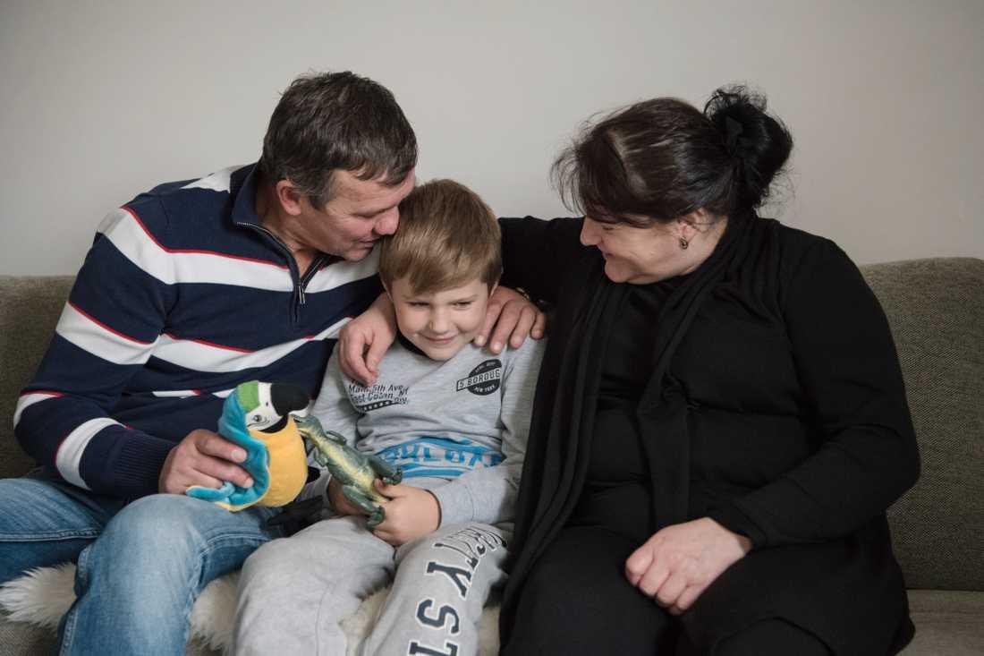 Denis morfar och mormor i Uppsala vill adoptera honom – men får inte.