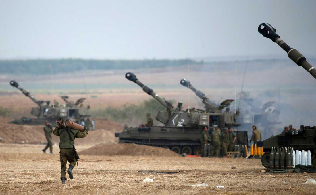 Israeliskt artilleri nära gränsen.