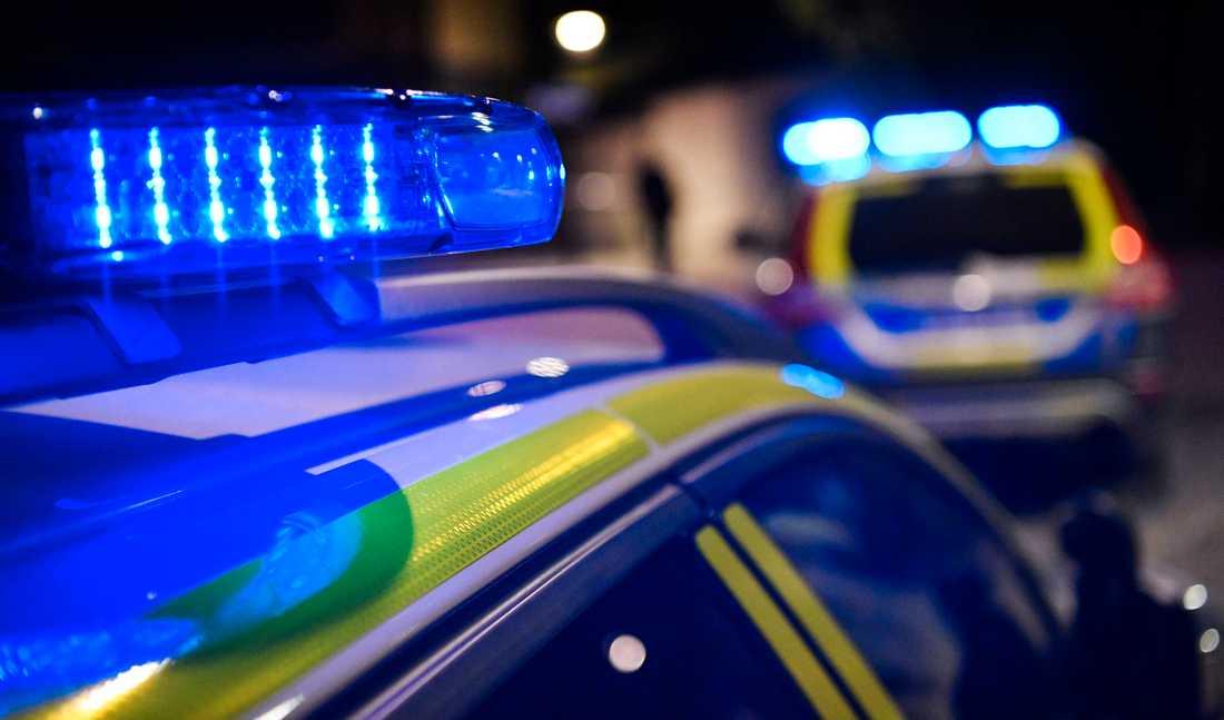 Polisen i Örebro besköts med pyroteknik i samband med ett storbråk på en idrottsarena. Arkivbild.