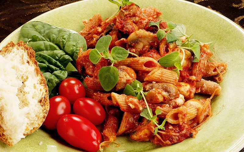 Pastagratäng med svamp och mycket ost. Servera med tomater och bröd.