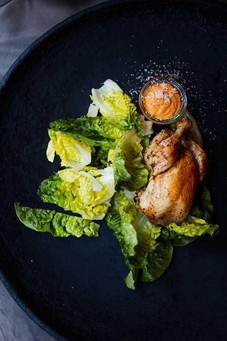 Grillad kyckling med mojo rojo, mandel och stekt sallad.
