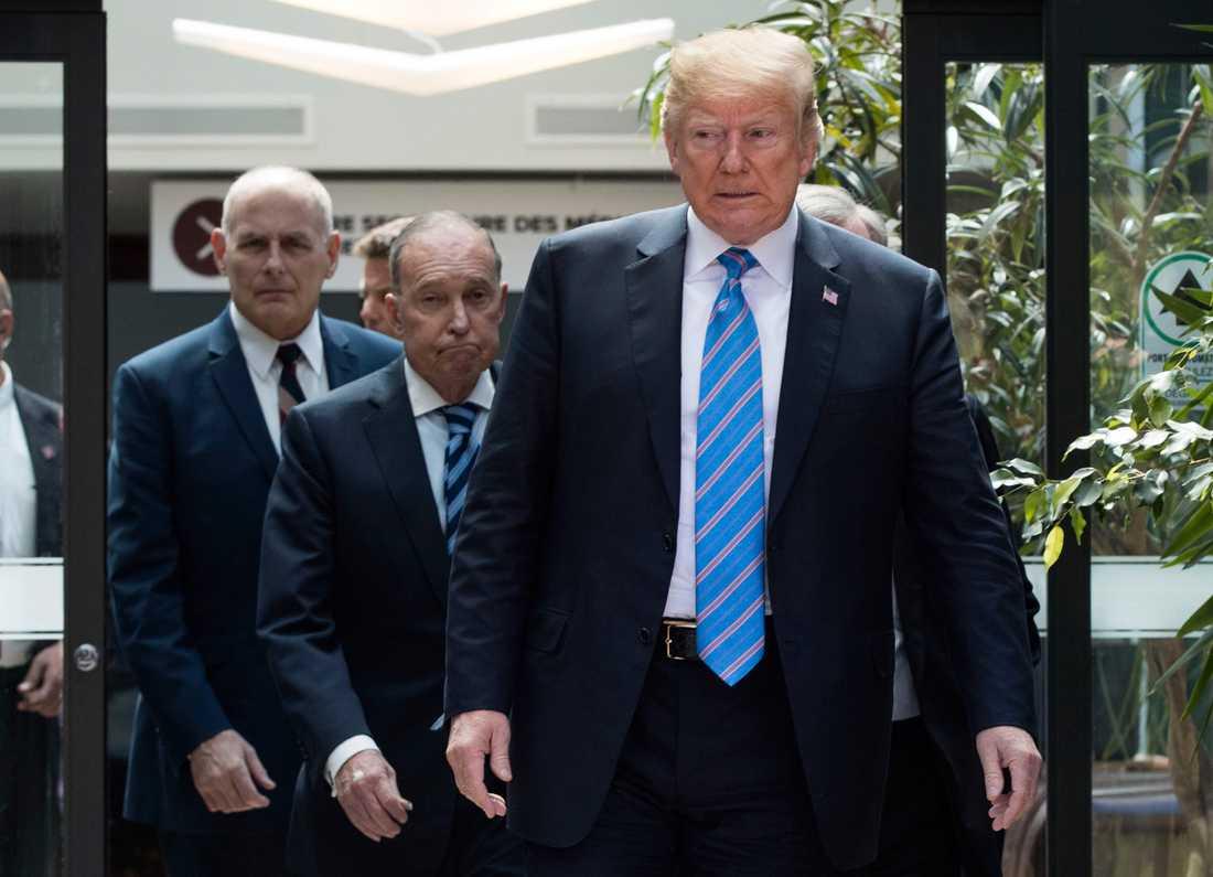 Donald Trump med sin rådgivare Larry Kudlow (mitten) under G7 mötet.