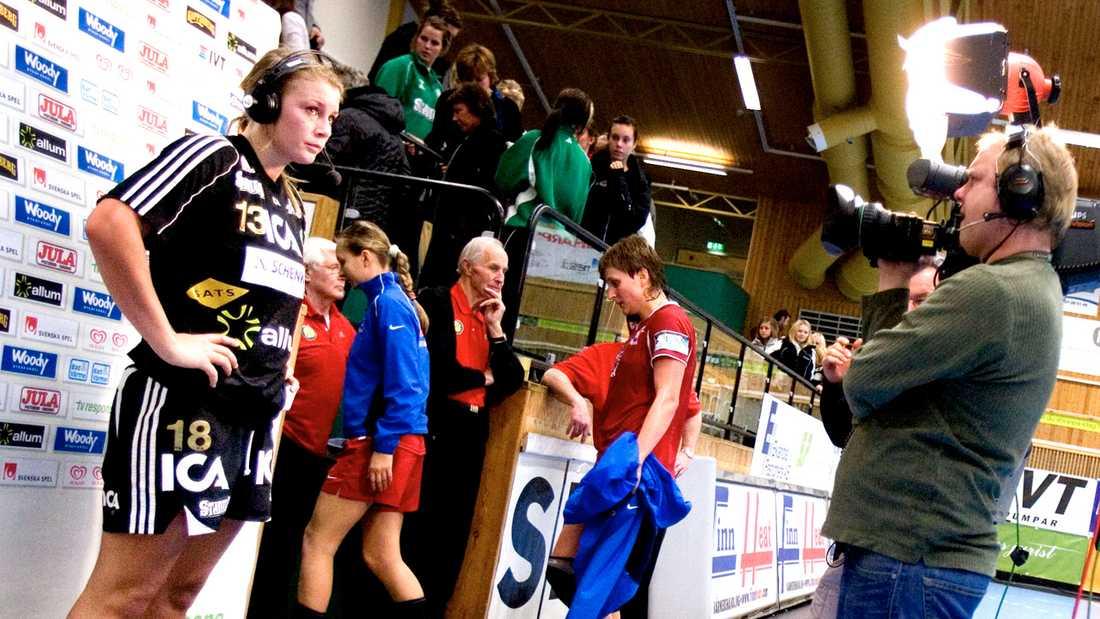 Isabelle Gulldén intervjuas av tv efter en Champions League-match i november 2007.