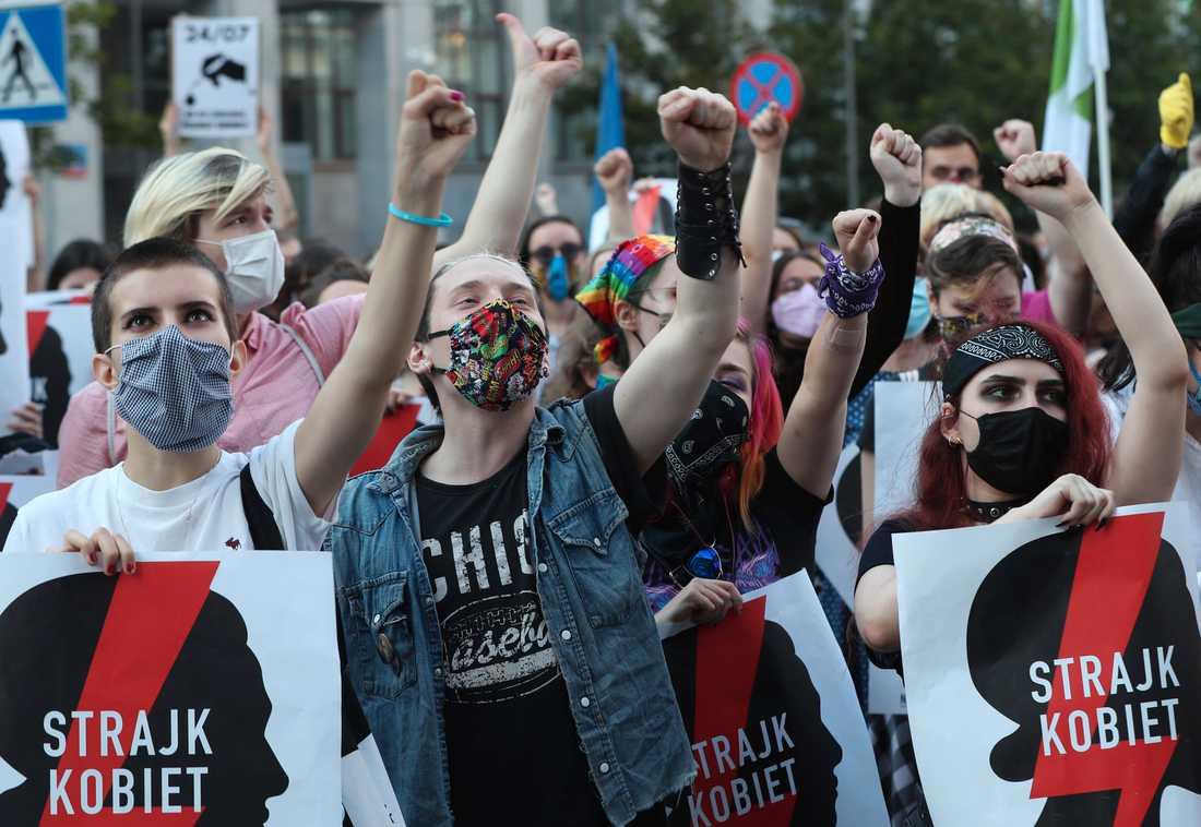 Människor i Warszawa protesterade i fredags mot regeringens planer på att lämna Istanbulkonventionen.