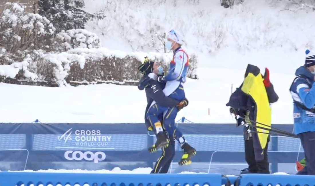 Teodor lyfter upp Oskar Svensson efter segern