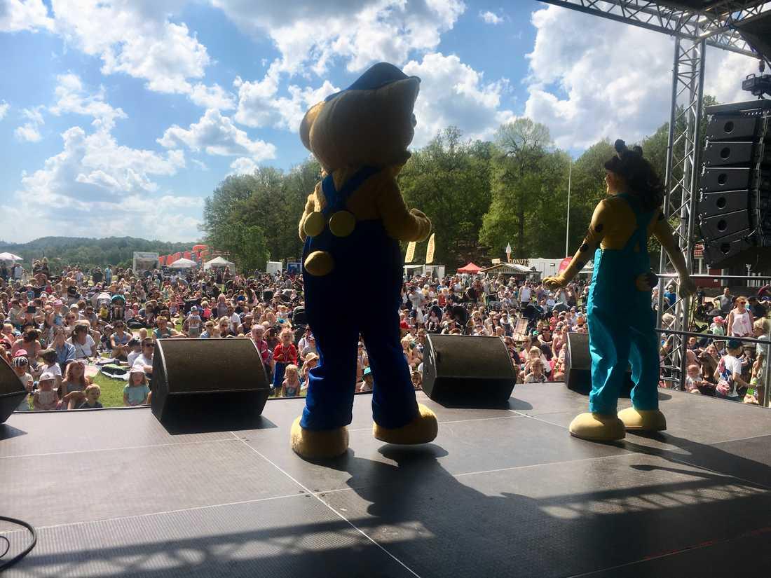 Bamse och Lova på scenen på Barnens dag i Floda