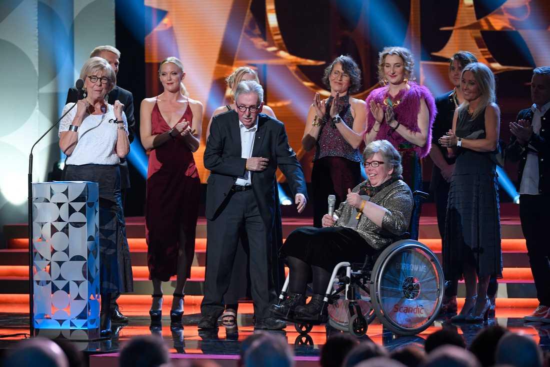 """Skådespelarna i """"Tårtgeneralen"""" fick ta mot priset Guldbaggens publikpris."""