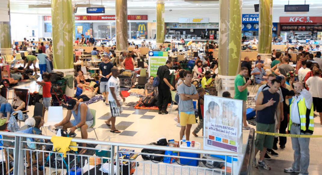 Trängsel Människor som flyr undan cyklonen har samlats för att söka skydd i ett köpcentrum, som omvandlats till evakueringsplats.