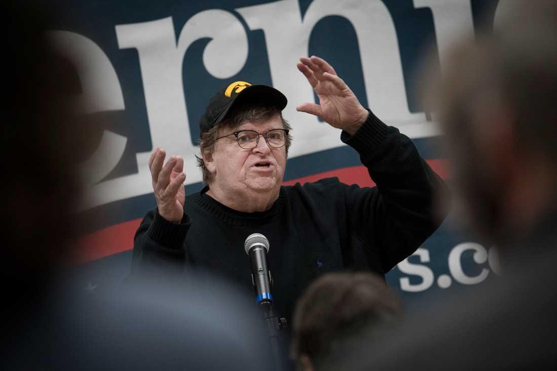 Dokumentärfilmaren Michael Moore kampanjar för Bernie Sanders.